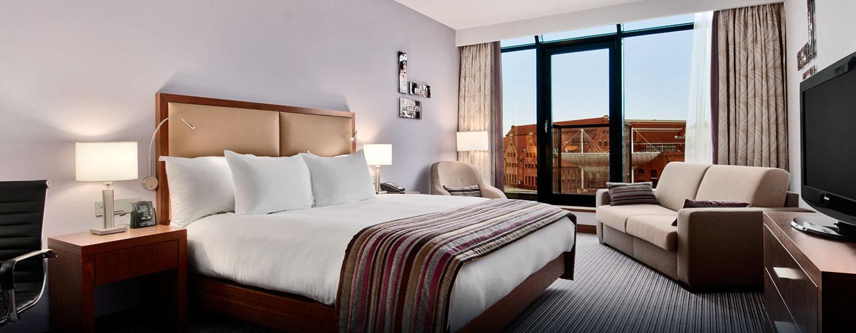 Das große Deluxe Zimmer verfügt über ein gemütliches Sofa und einen bezaubernden Ausblick auf den Fluss