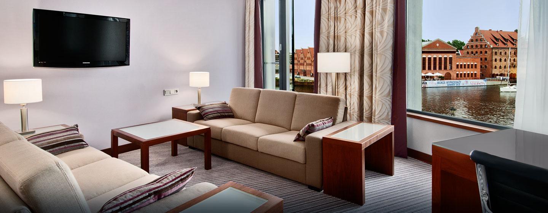 Im eleganten Wohnzimmer können Sie auf den Sofas entspannen und einen Film auf dem großen Fernseher schauen