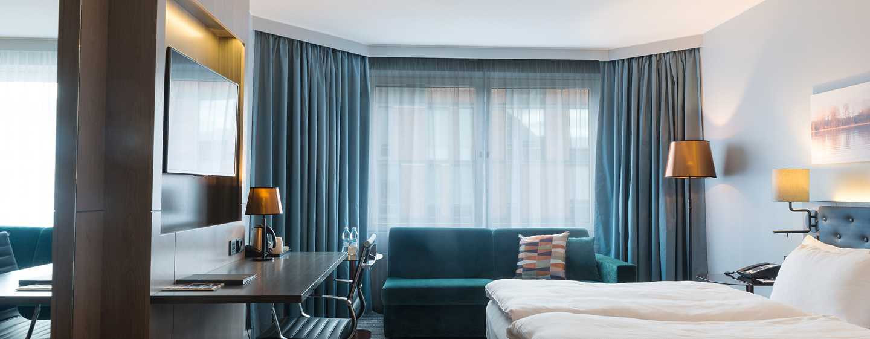 Hilton Helsinki Strand Hotel, Finnland– Executive Zimmer mit Kingsize-Bett
