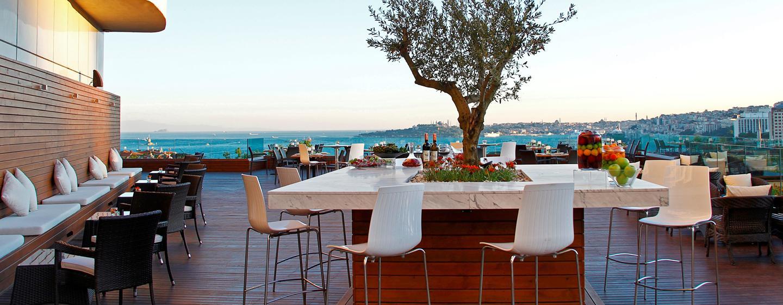 Conrad Istanbul Hotel, Türkei – Ausblick von der Terrasse an einem sonnigen Abend