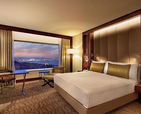 Conrad Istanbul Hotel, Türkei – Executive Zimmer mit King-Size-Bett und Ausblick auf den Bosporus