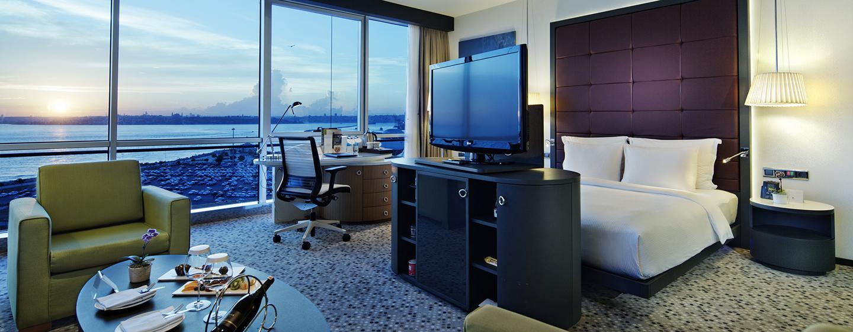 Genießen Sie die schöne Aussicht auf die Großstadt aus unserer Junior Suite mit King-Size-Bett