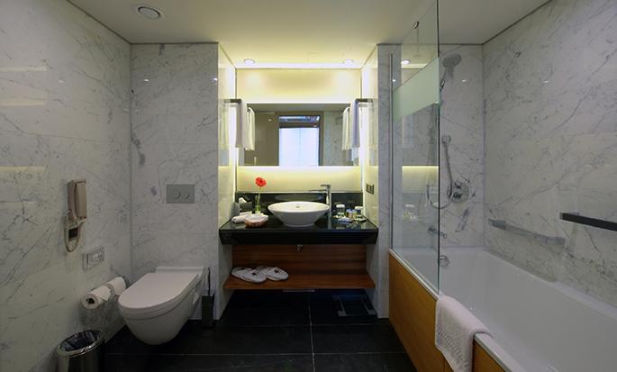 DoubleTree by Hilton Hotel Istanbul – Old Town, Türkei – Badezimmer der Suite