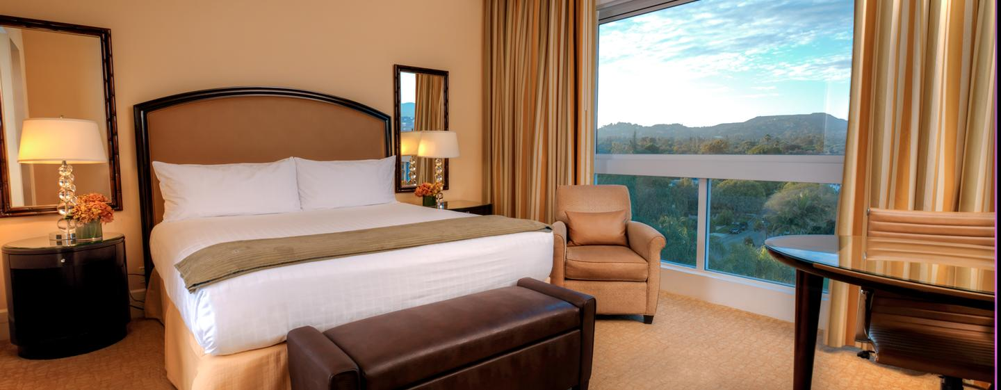 The Beverly Hilton - Zimmer im Wilshire Tower mit King-Size-Bett