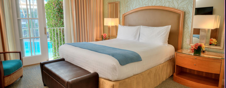 The Beverly Hilton - Cabana mit King-Size-Bett und Ausblick auf Swimmingpool