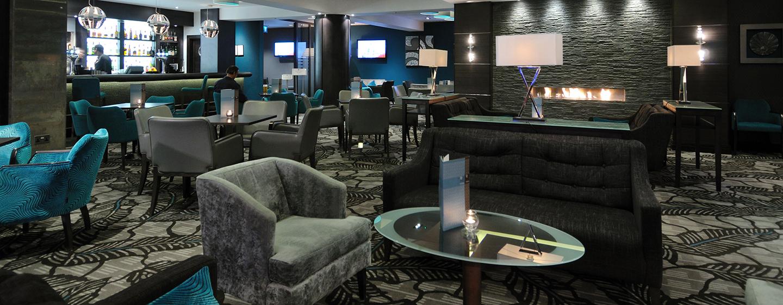 Treffen Sie sich mit Kollegen oder Freunden in der gemütlichen Bar im Hotel