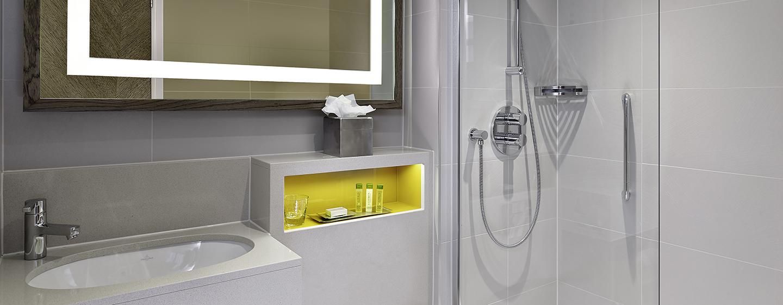 Entspannen Sie im Badezimmer mit Badewanne und Dusche