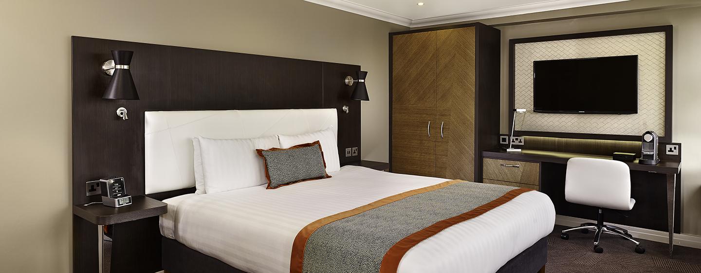 Das Zimmer mit King-Size-Bett verfügt über eine großen 40 Zoll Fernseher