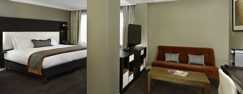 Entspannen Sie auf dem gemütlichen Sofa in der Junior Suite mit King-Size-Bett