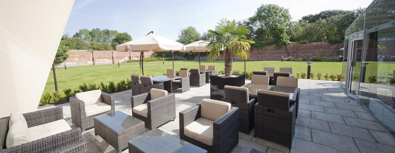 Der Außenbereich des Hotels begeistert mit komfortable Sitzmöglichkeiten