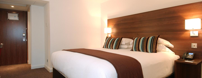 Im gemütlichen Zimmer mit King-Size-Bett können Sie entspannen