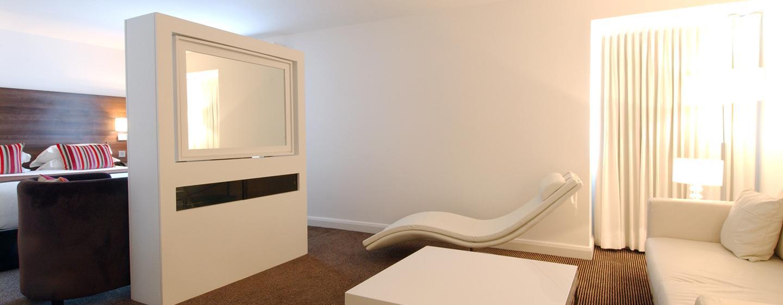 Der Wohn-und Schlafbereich in der Junior Suite ist mit einem Schrank mit schwenkbarem Fernseher getrennt