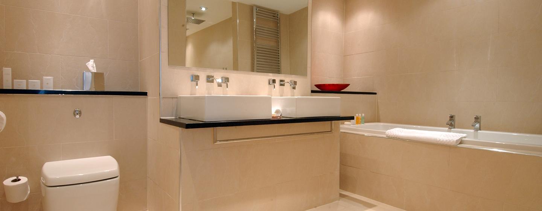 Entspannen Sie im großen Badezimmer mit Badewanne