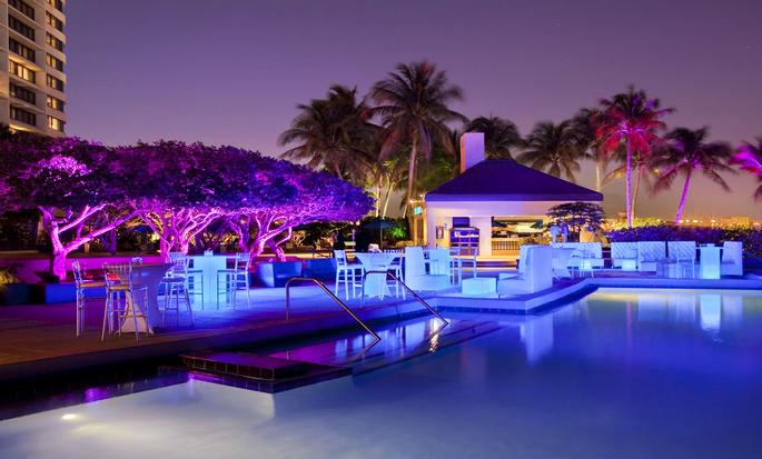 Hilton Miami Airport Hotel – Außenpool bei Nacht