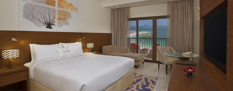 DoubleTree by Hilton Hotel Resort & Spa Marjan Island, VAE – Zimmer mit King-Size-Bett und Meerblick