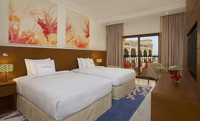 DoubleTree by Hilton Resort & Spa Marjan Island, Ras Al Khaimah, VAE – Zimmer mit zwei Einzelbetten mit Balkon