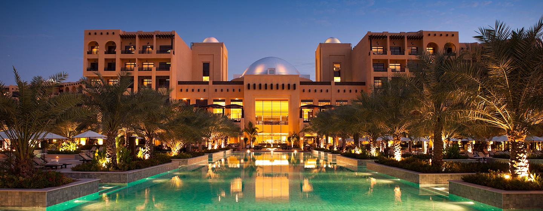 Hilton Ras AlKhaimah Resort& Spa Hotel, VAE– Außenansicht des Resorts bei Nacht