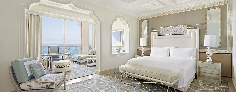 Entspannen Sie in der hellen und freundlichen Suite mit separatem Schlafbereich