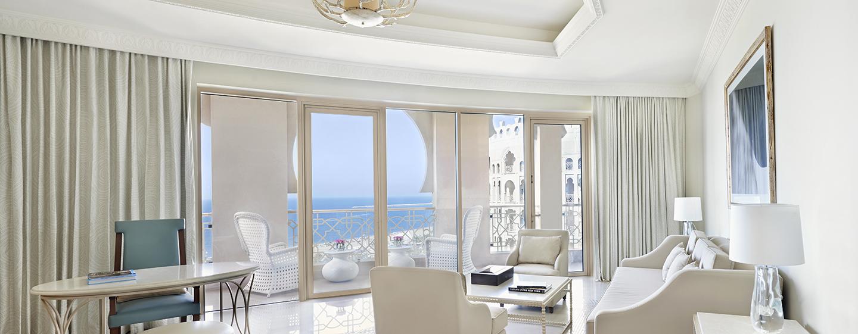 Aus dem Wohnzimmer der Grand Junior Suite haben Sie einen uneingeschränkten Blick auf das Meer
