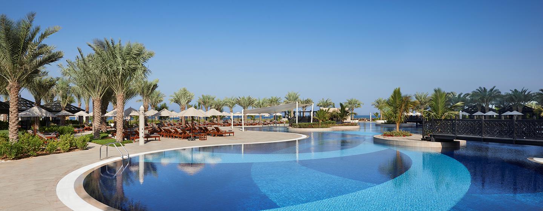 Im prungvollen Außenbereich des Hotels können Sie sich im Swimmingpool erfrischen