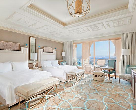 Waldorf Astoria Ras Al Khaimah hotel, VAE - Deluxe Zimmer mit zwei Queen-Size-Betten, Ausblick auf den Golfplatz und Balkon