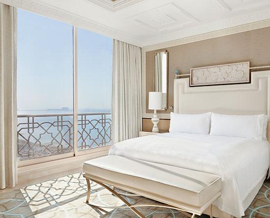 Waldorf Astoria Ras Al Khaimah hotel, VAE - Suite mit einem Schlafzimmer, King-Size-Bett und Ausblick