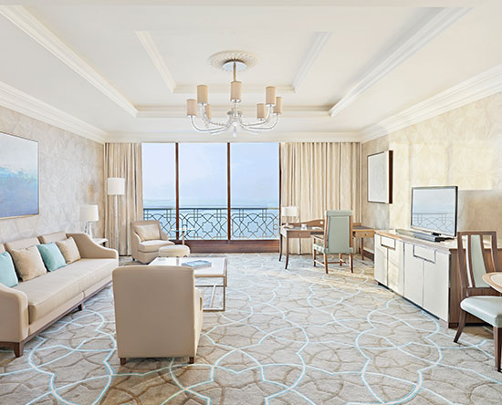 Waldorf Astoria Ras Al Khaimah hotel, VAE - Tower Suite mit King-Size-Bett, Balkon und Ausblick