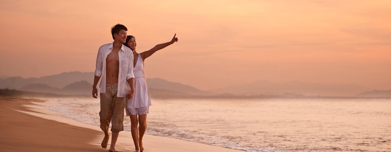 Spazieren am hoteleigenen weißen Sandstrand auf der Insel Hainan